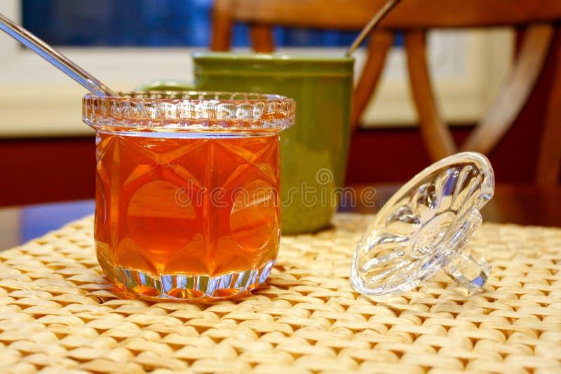 Pomarańcze barwił miód otwierającego na stole przed pora snu obraz royalty free