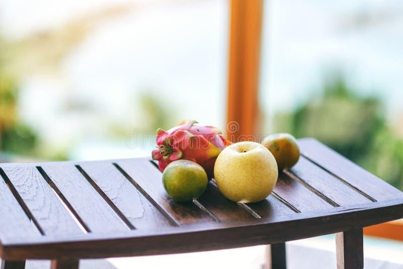 Pomara?cze, bonkreta i smok owoc na drewnianym stole, zdjęcia stock