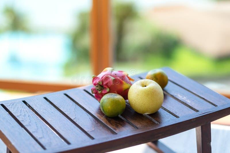 Pomarańcze, bonkreta i smok owoc na stole, obrazy stock