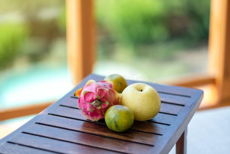 Pomarańcze, bonkreta i smok owoc na stole, obraz royalty free