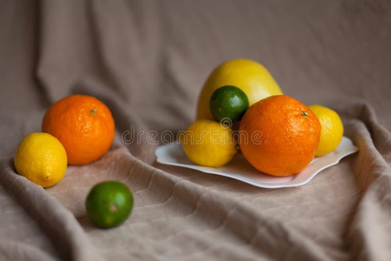 Pomarańcze cytryna wapno na stole obrazy stock