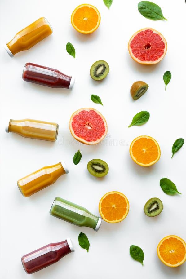 Pomarańcze, grapefruits, kiwi i soki na żółtym tle, poj?cie zdrowy zdjęcie royalty free