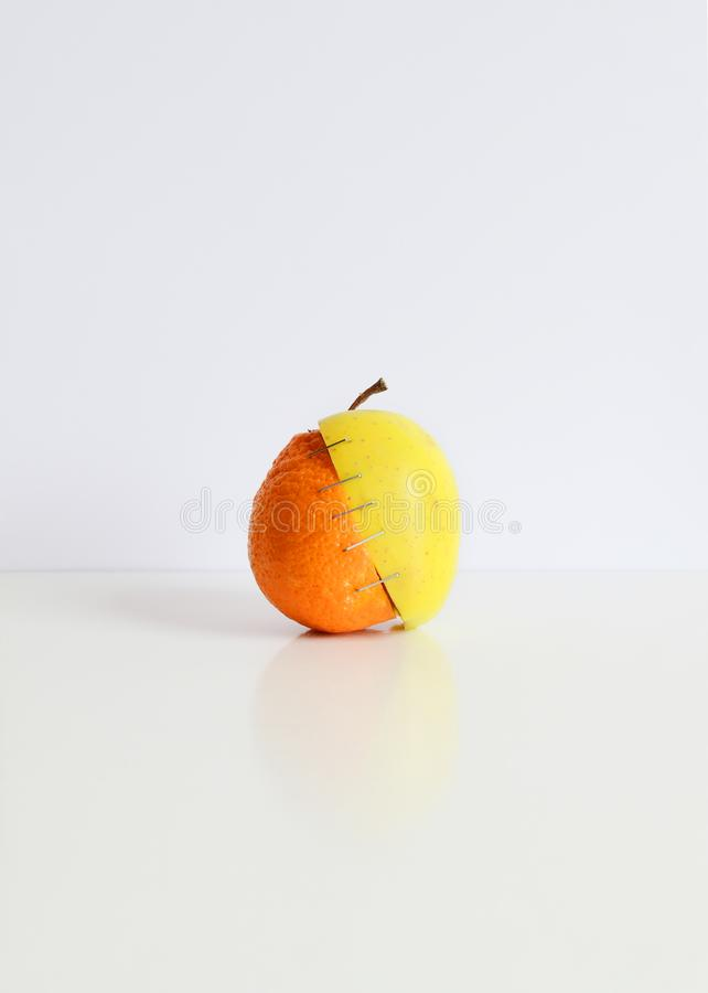 Pomarańcze i jabłko zdjęcia stock