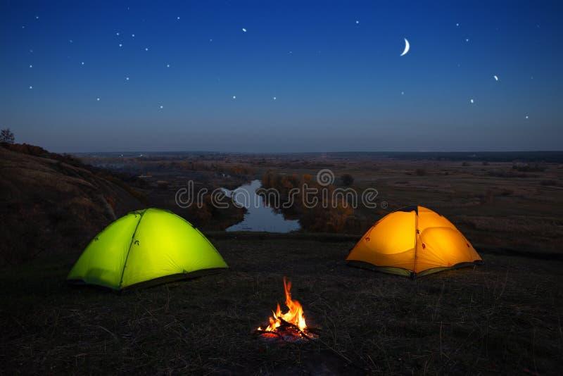 Pomara?cze i ziele? namiot rzek? przy noc? obrazy royalty free