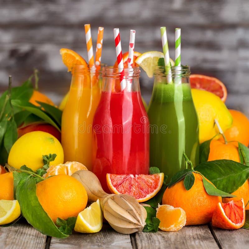 Pomarańcze, krwionośny sok pomarańczowy i lemoniada, obraz royalty free