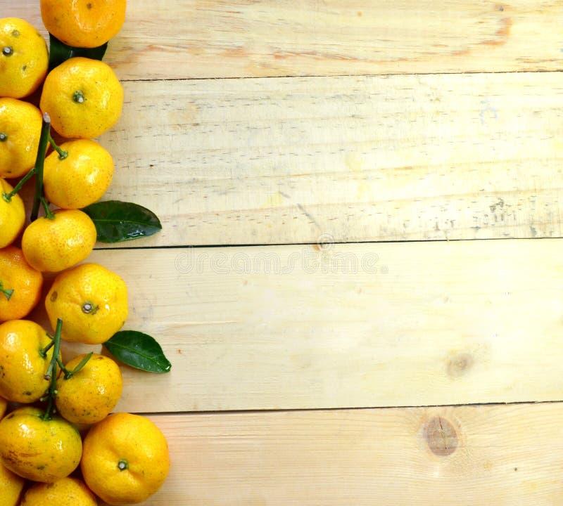 Pomarańcze na drewnianej podłoga zdjęcie royalty free