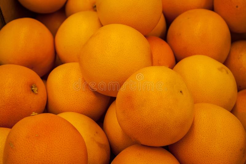 Pomarańcze na rynku w pudełku zdjęcie royalty free