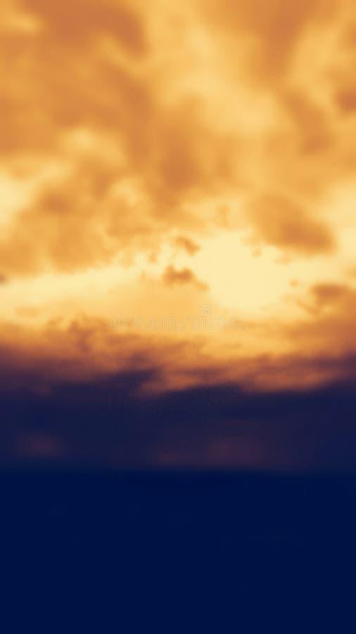 Pomarańcze nieba dnia obłoczny szczęście fotografia stock