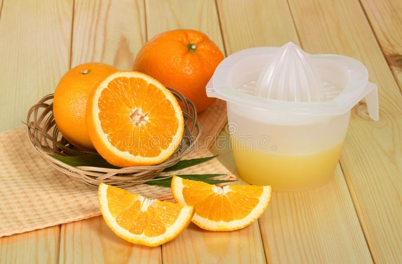 Pomarańcze, sok prasa na stole zdjęcia stock