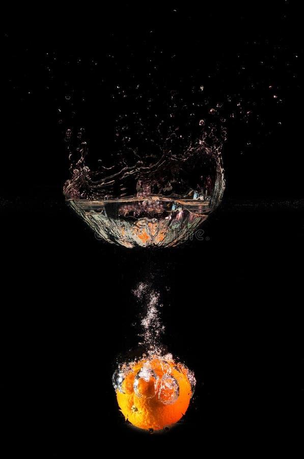 pomarańcze spadać woda obraz royalty free