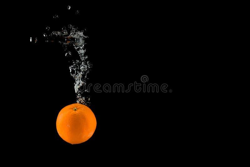 Pomarańcze spada wewnątrz woda fotografia stock