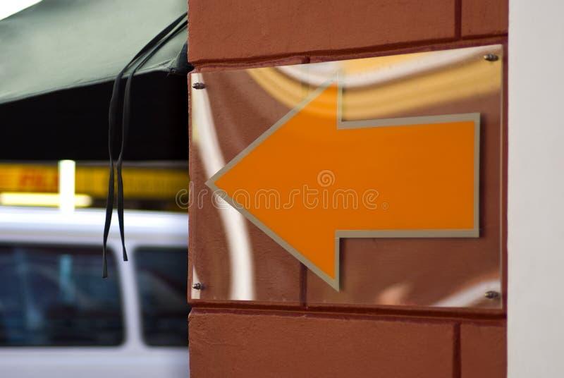 pomarańcze strzałkowaty znak zdjęcia stock