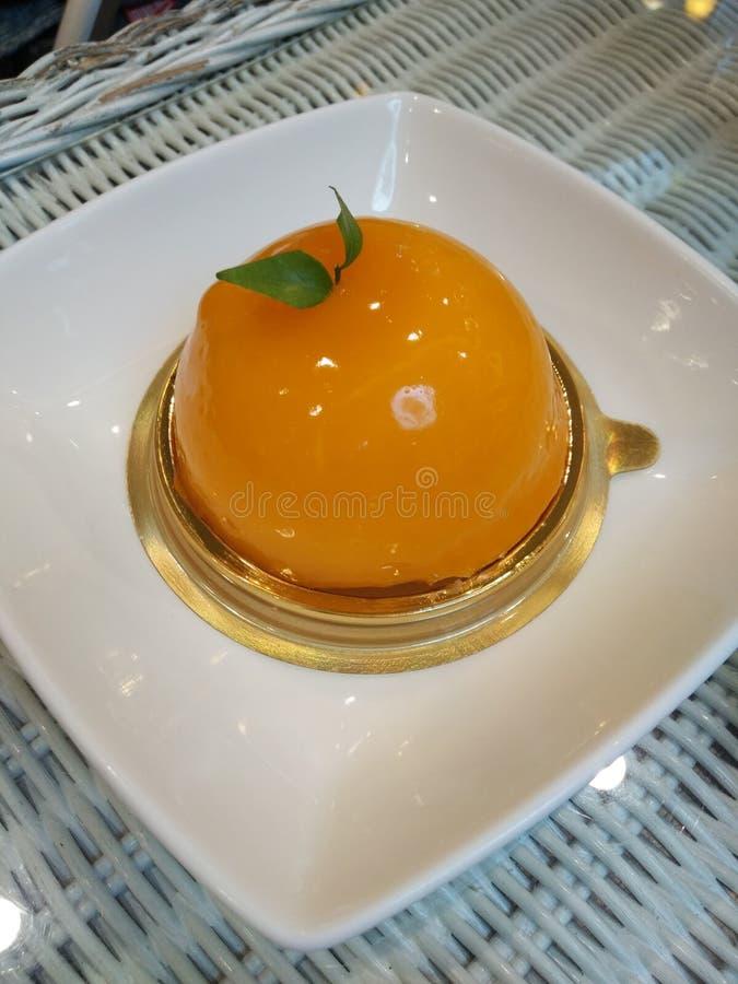 Pomarańcze tort, podśmietanie i cukierki, fotografia royalty free