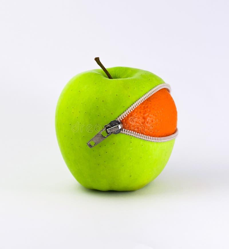 Pomarańcze wśrodku Apple obraz royalty free