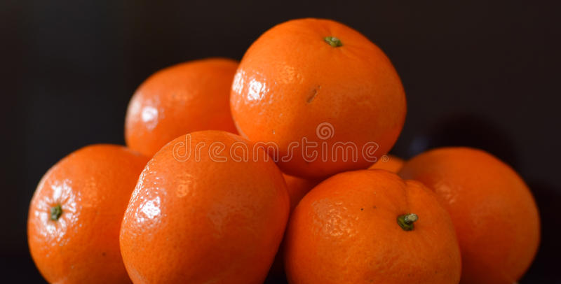 Pomarańcze w czarnym tle zdjęcia stock
