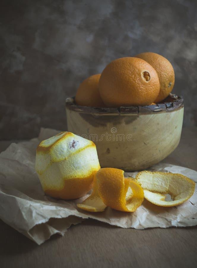 Pomarańcze w Drewnianym pucharze zdjęcie stock