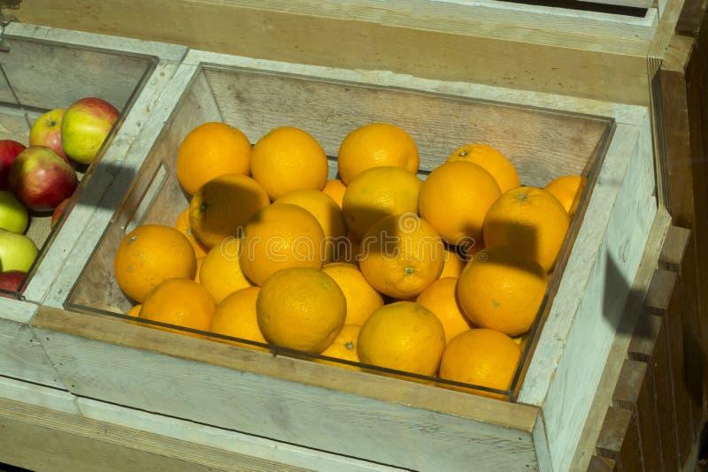 Pomarańcze w drewnianym pudełku w rynku dla sprzedaży zdjęcia stock
