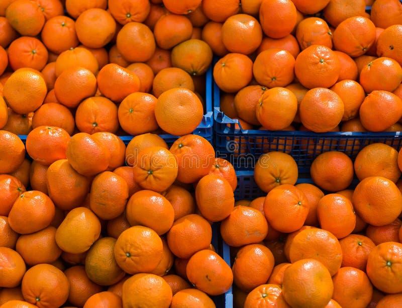 Pomarańcze w pudełku przy rynkiem obraz stock