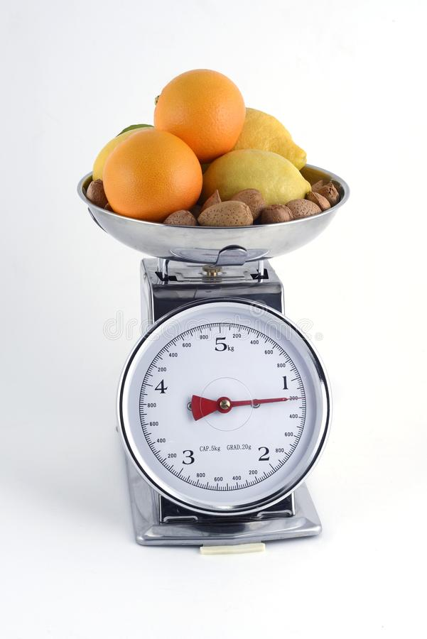 Pomarańcze z cytrynami i migdałami na równowadze fotografia stock
