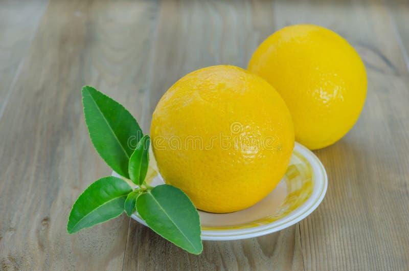 Pomarańcze z liśćmi na naczyniu obraz royalty free