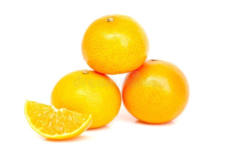 3 pomarańcze z plasterkiem na białym tle obrazy royalty free