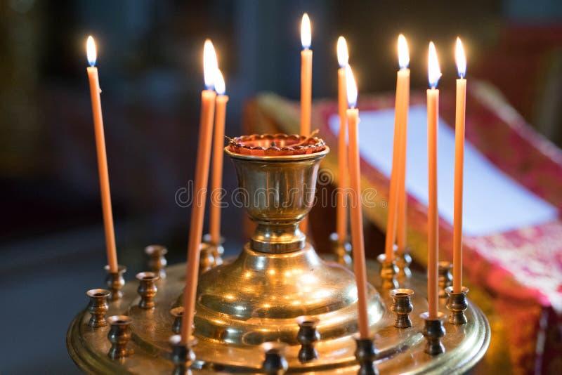 Pomarańcze zaświecający świeczka stojak w candlestick fotografia royalty free