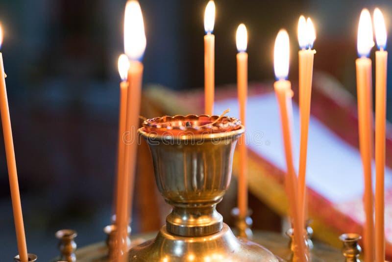 Pomarańcze zaświecający świeczka stojak w candlestick zdjęcie royalty free