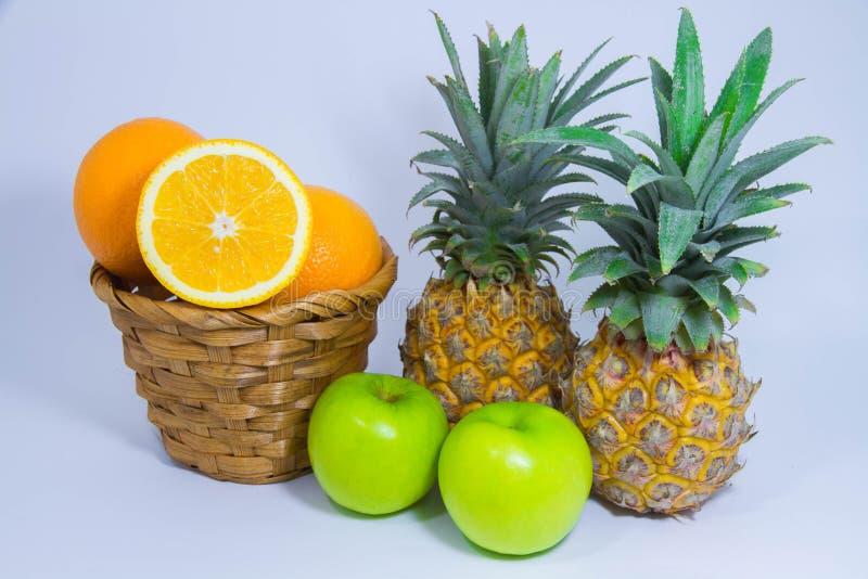Pomarańczowa ananasowa jabłczana owoc na białym tle fotografia stock