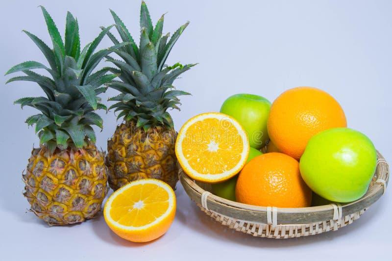 Pomarańczowa ananasowa jabłczana owoc odizolowywająca na białym tle obraz stock