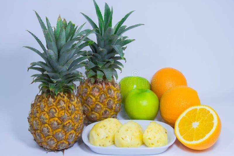 Pomarańczowa ananasowa jabłczana owoc odizolowywająca na białym tle obraz royalty free