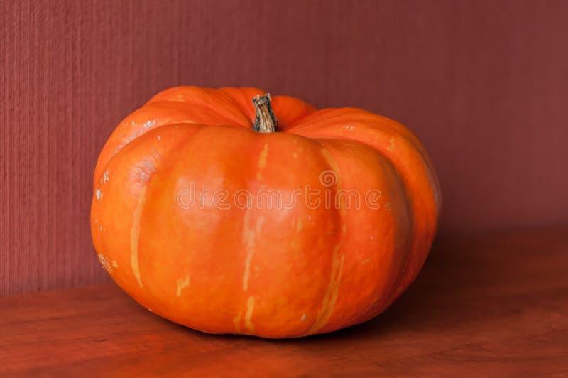 Pomarańczowa bania na stole zdjęcie royalty free