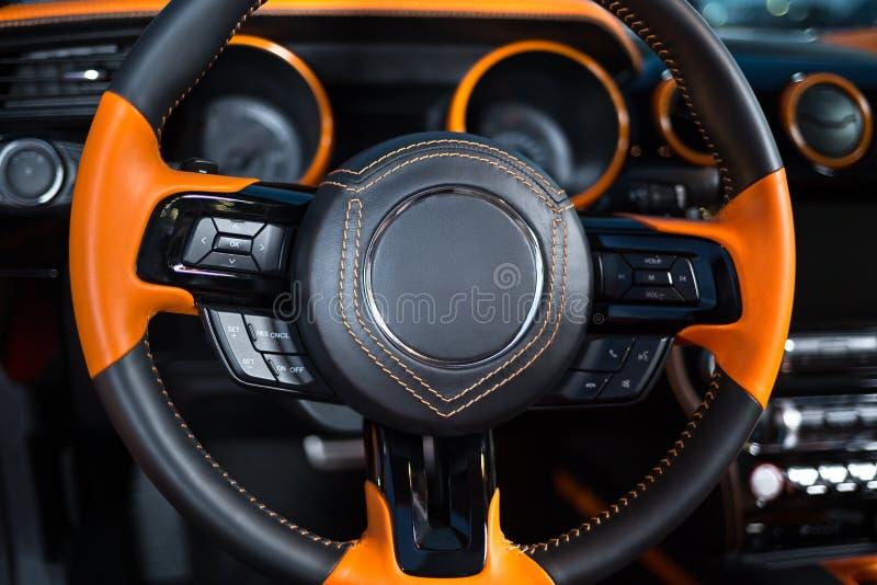 Pomarańczowa czarna kierownica w samochodzie fotografia royalty free