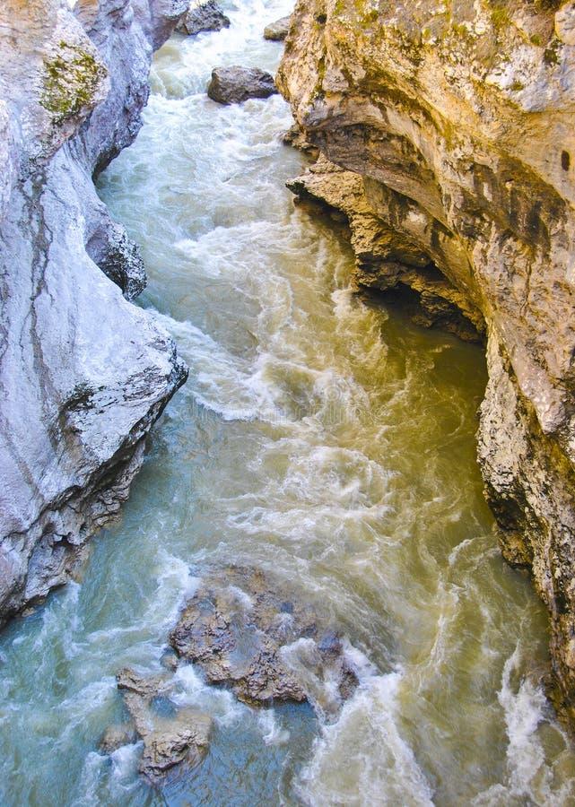 Pomarańczowa gorącego i błękitnego zimna dwa przepływu zderzenia abstrakci wodna rzeka fotografia royalty free