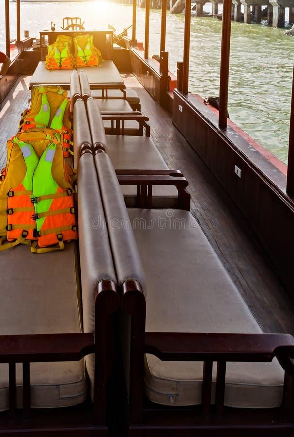 Pomarańczowa kamizelka ratunkowa na pokład łodzi statek wycieczkowy obrazy royalty free