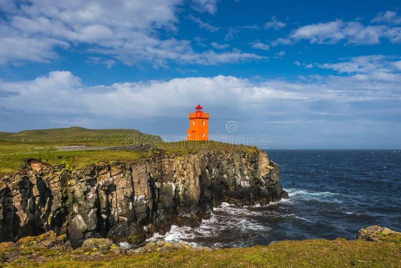 Pomarańczowa latarnia morska przy seashore Grimsey wyspa niedaleki Iceland, obrazy royalty free