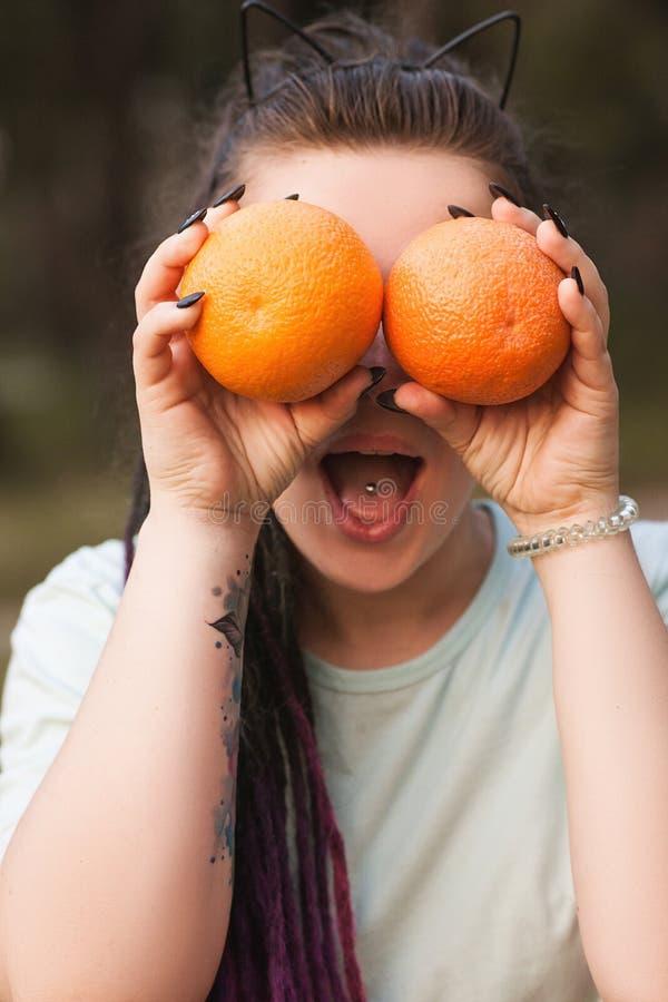 Pomarańczowa owocowa natury kobieta żartuje zdrowego pojęcie zdjęcia stock