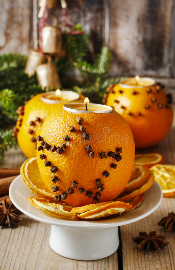 Pomarańczowa pomander piłka z świeczką boże narodzenie izolacji dekoracji white fotografia royalty free