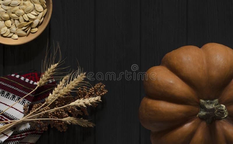 Pomarańczowa tekstury bania odpoczywa na drewnianym tła czerni kolorze zdjęcia royalty free