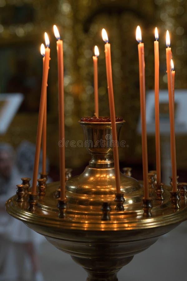 Pomarańczowe świeczki stojaka w żelaznym candlestick i ogieniu zaświecają zdjęcie stock