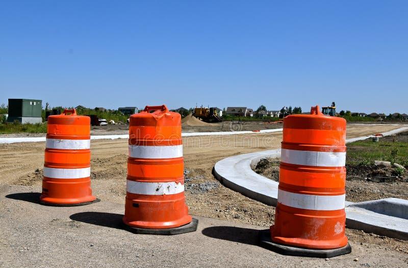 Pomarańczowe baryłki blokowego budowy drogi miejsca zdjęcie stock