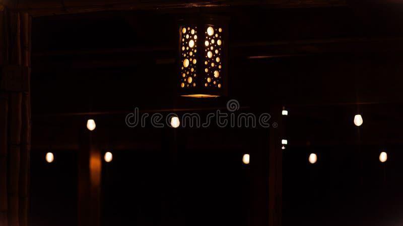 Pomarańczowe lampy wiesza od sufitu zdjęcia stock