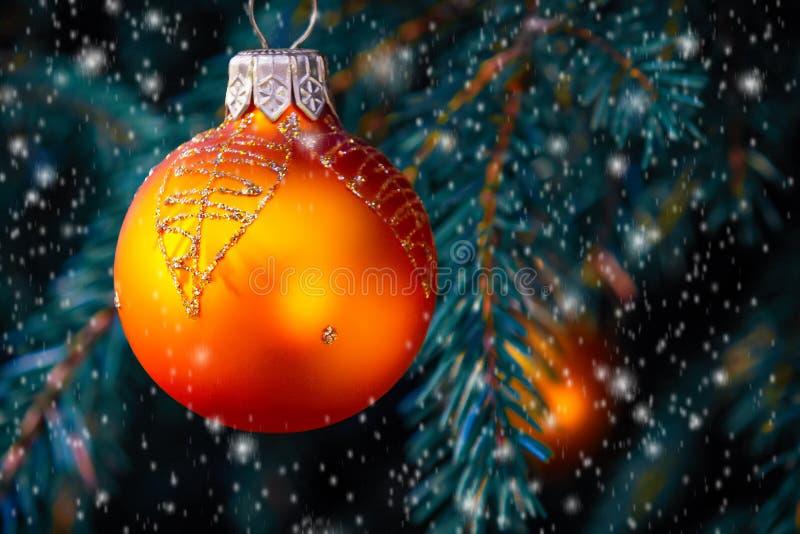 Pomarańczowe piłki na świerczynie, część choinka z Bożenarodzeniowymi dekoracjami zdjęcie royalty free