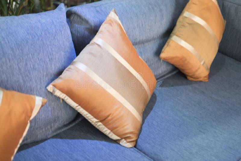 Pomarańczowe poduszki na kanapie fotografia royalty free