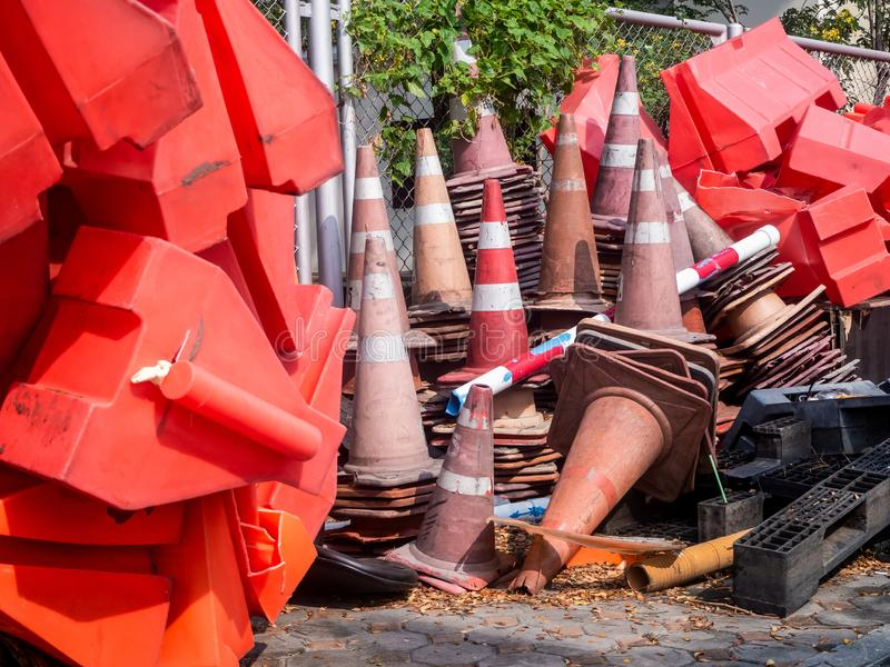Pomarańczowe ruch drogowy bariery baryłki objazdu ruch drogowy wokoło budowy strefy spłycają fotografia royalty free
