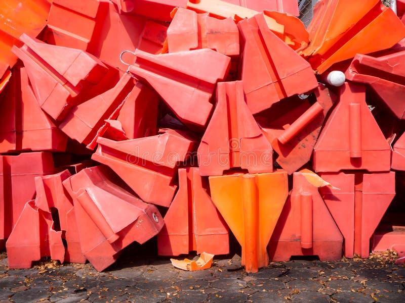 Pomarańczowe ruch drogowy bariery baryłki objazdu ruch drogowy wokoło budowy strefy spłycają obrazy royalty free