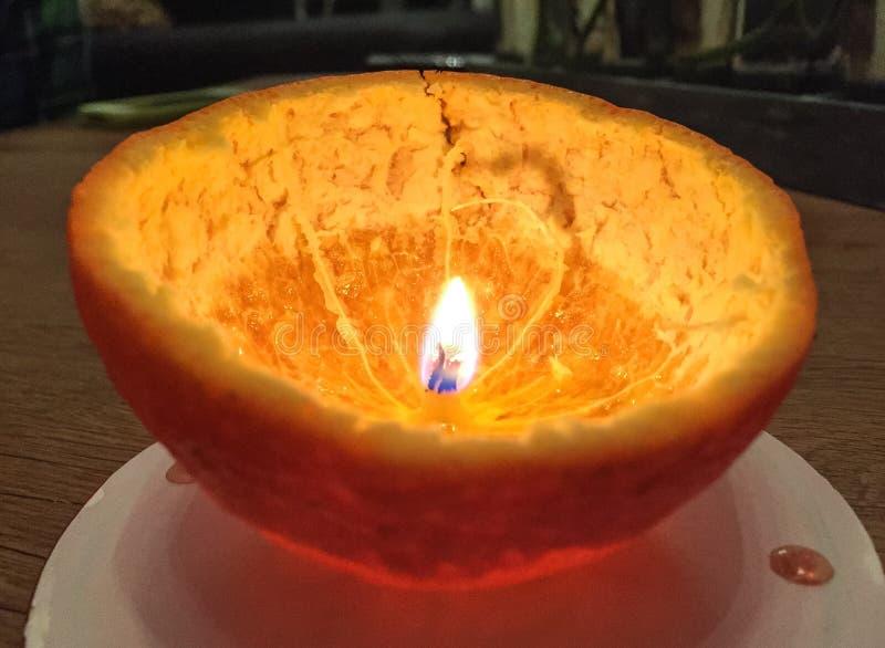 Pomarańczowej łupy świeczka fotografia stock