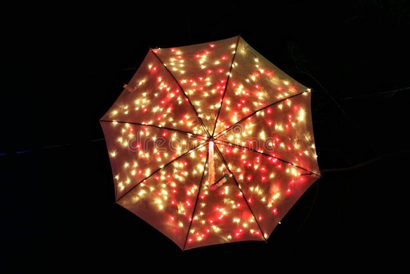 Pomarańczowej czerwieni iluminujący parasol zdjęcia royalty free