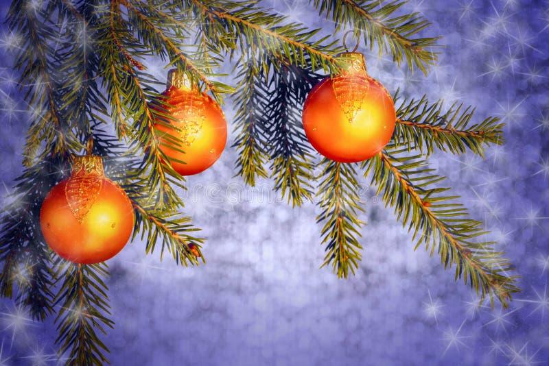 Pomarańczowi boże narodzenie ornamenty na świerkowych gałąź na błyszczącym srebra tle Nowego Roku lub bo?ych narodze? t?o zdjęcia royalty free