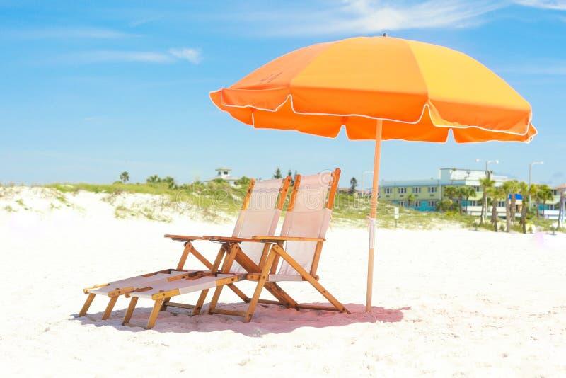 Pomarańczowi Plażowi krzesła i schronienie zdjęcie royalty free