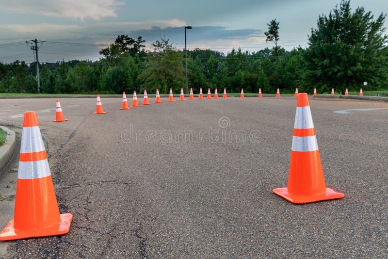 Pomarańczowi ruchów drogowych rożki na jezdni obrazy stock